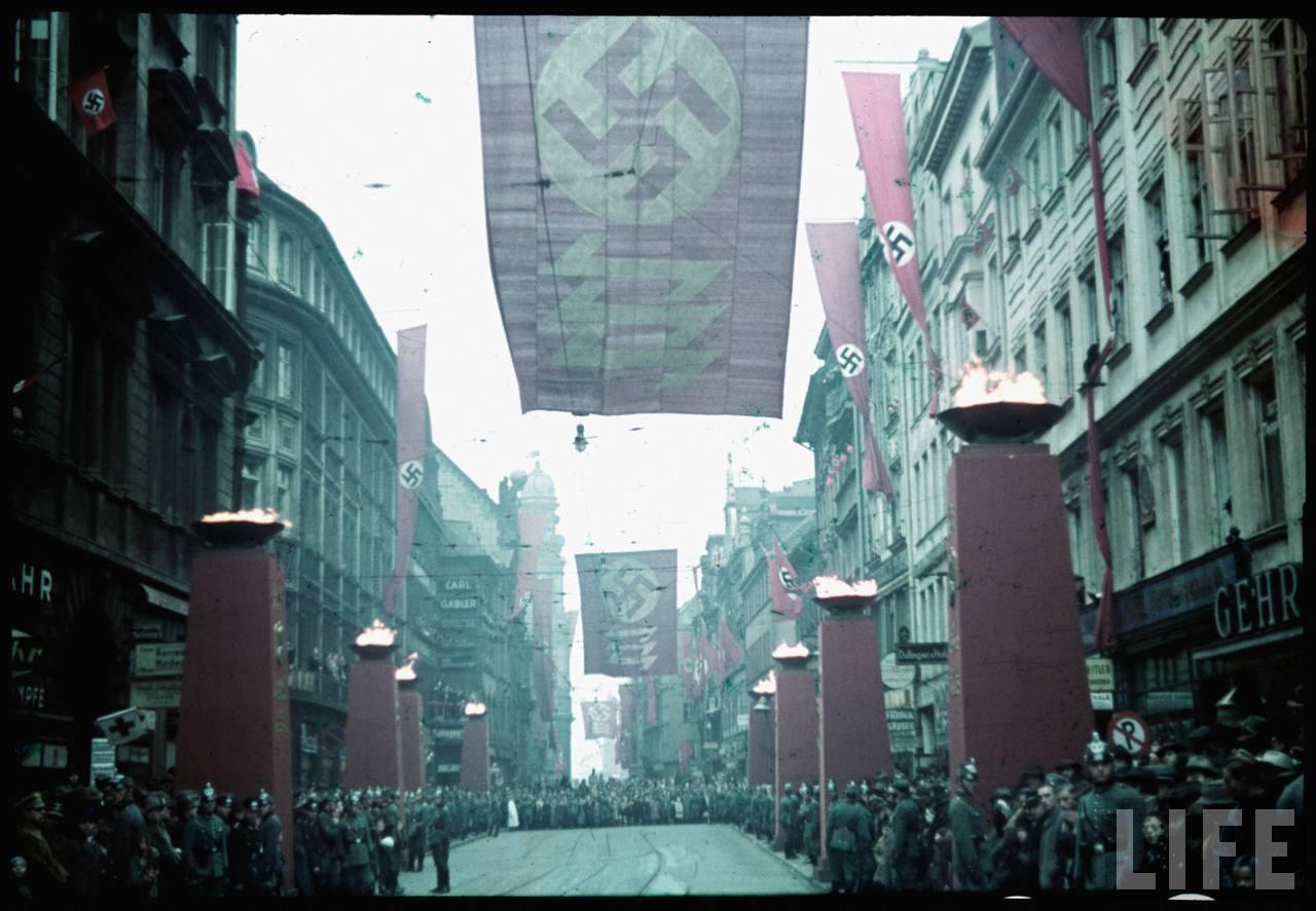 photos de hugo jaeger (photographe de Adolf Hitler ) Munich+Germany+November+9,+1938+during+the+remembrance+of+the+Putsch09