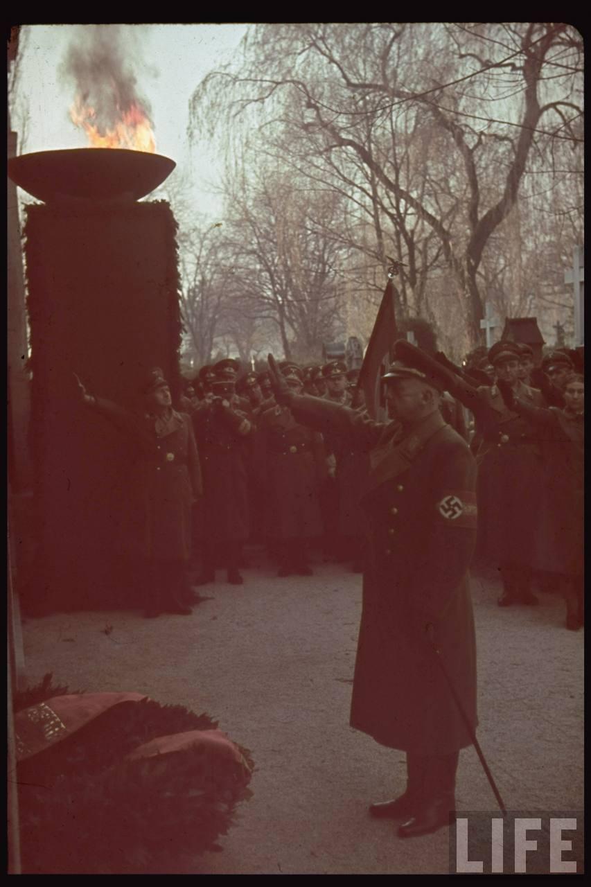photos de hugo jaeger (photographe de Adolf Hitler ) Munich+Germany+November+9,+1938+during+the+remembrance+of+the+Putsch14
