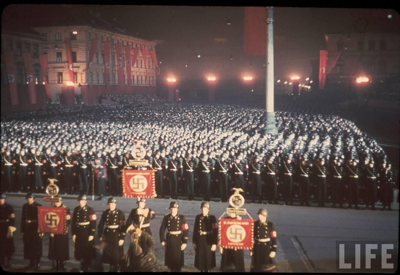 photos de hugo jaeger (photographe de Adolf Hitler ) Munich+Germany+November+9,+1938+during+the+remembrance+of+the+Putsch28
