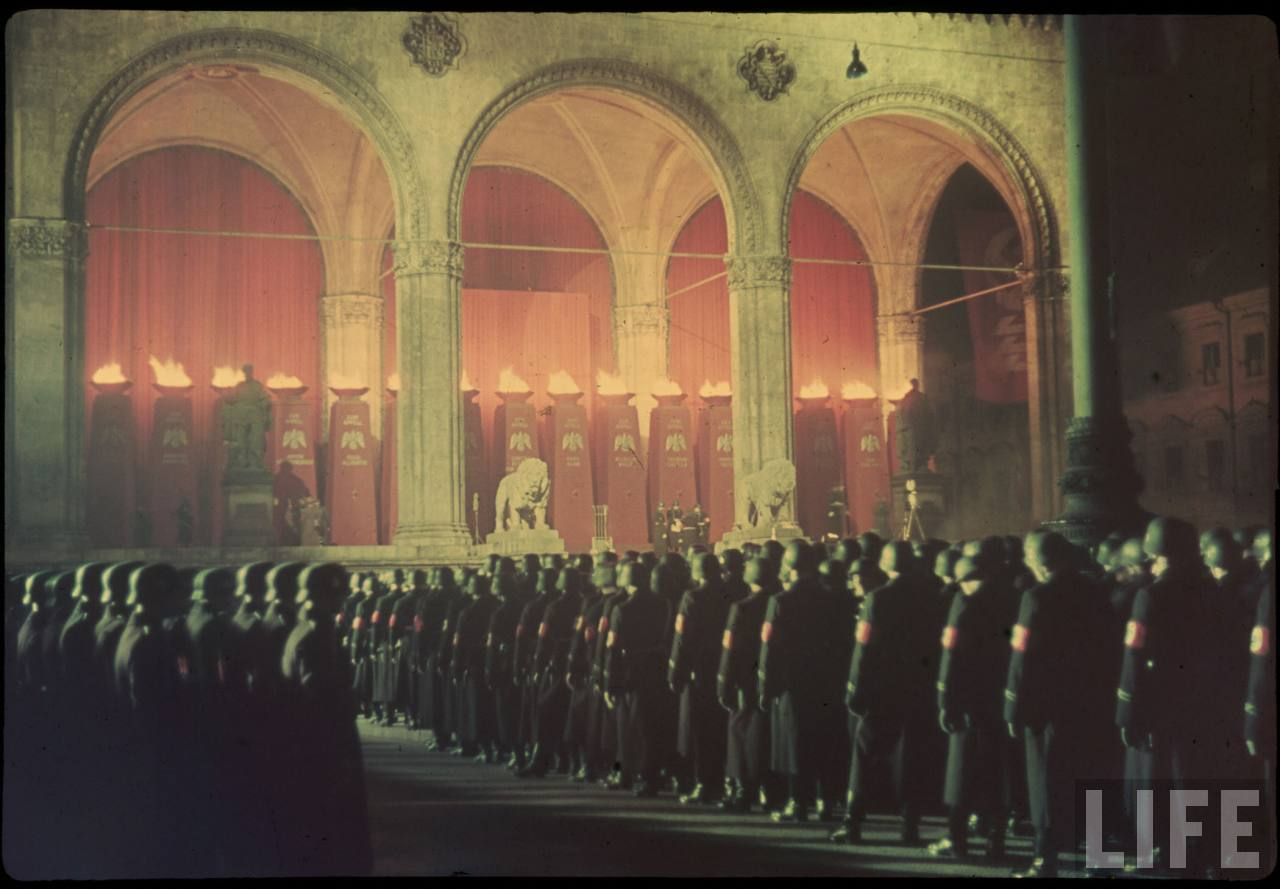 photos de hugo jaeger (photographe de Adolf Hitler ) Munich+Germany+November+9,+1938+during+the+remembrance+of+the+Putsch21
