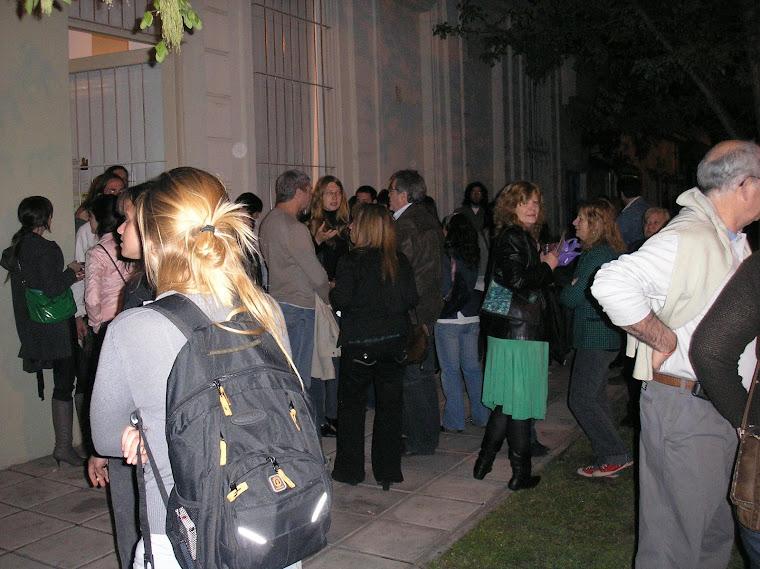 La gente hasta en la calle y la cercana suma de 500 personas que nos acompañaron
