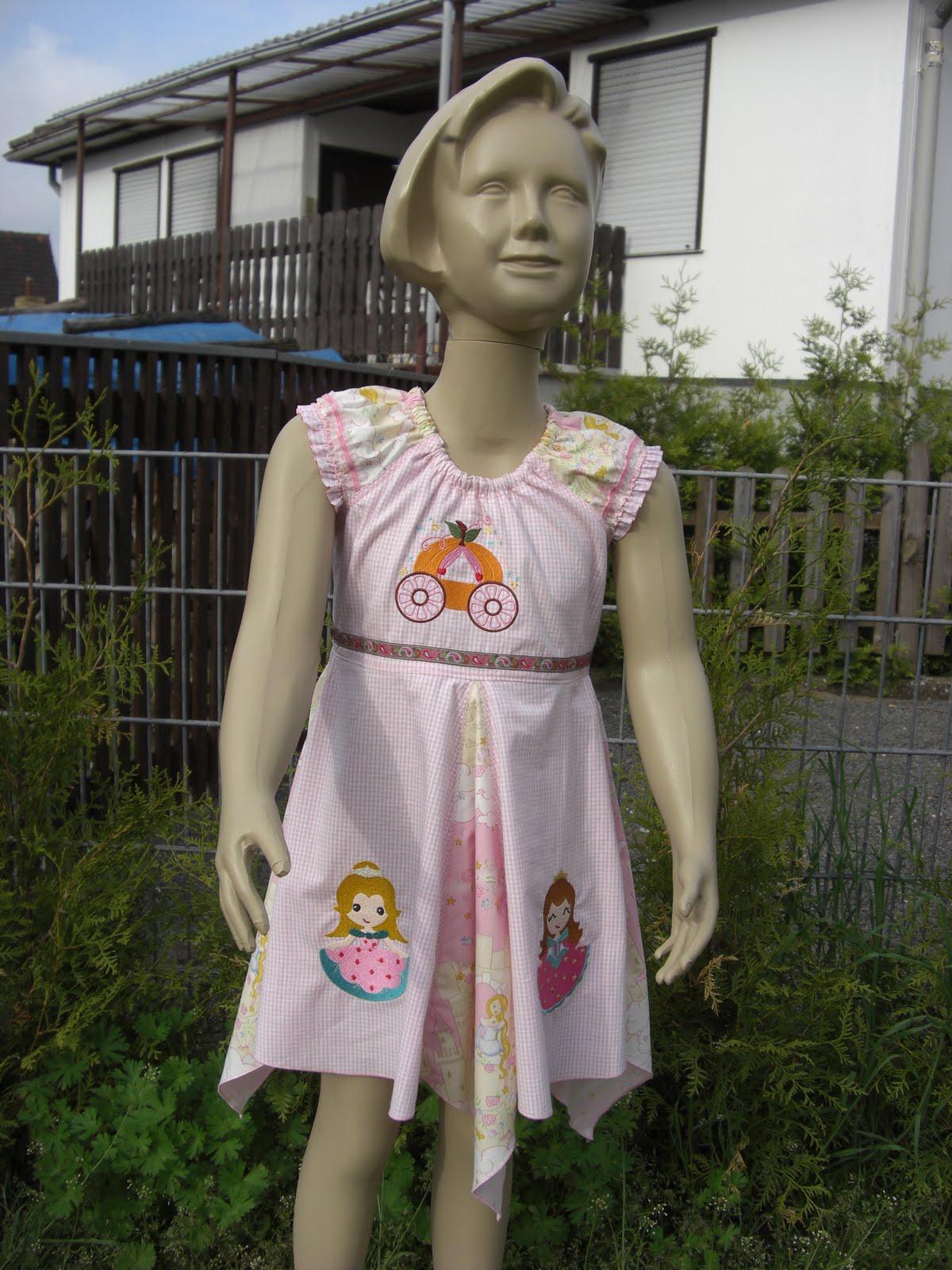als Probekleidchen für eine Auftragsarbeit Eine Bekannte hat ein Schuleinführungskleidchen bei mir bestellt und passenden Stoffe dazu ausgesucht
