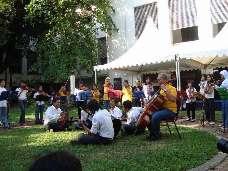 Beberapa acara adalah kumpul di taman tengah Museum Bank Mandiri 87cfcafa36