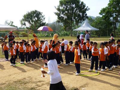 Persediaan pra- sekolah sedang berkumpul untuk mengambil bahagian