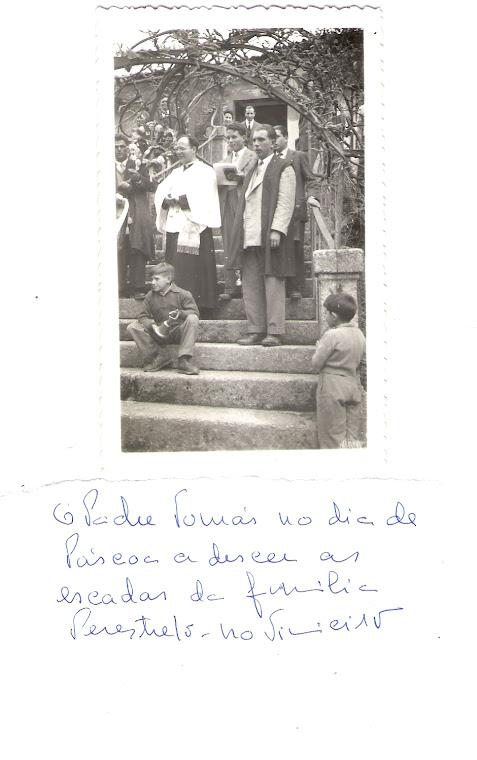 Padre Tomás no dia de Pascoa nas escadas da familia Perestrelo