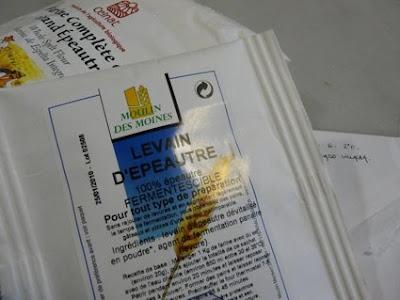 la masa madre tiene también levadura, según dice la etiqueta: extraída de remolacha ¿?
