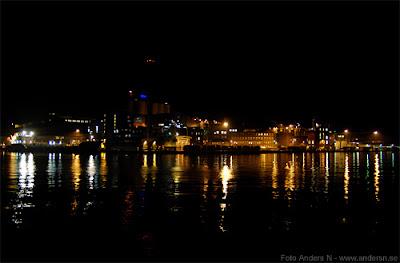 Karlshamn, Karlshamns hamn, industrier, natt, havet, speglingar, natt ljus, västra piren, karlshamn by night, foto anders n