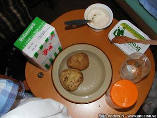 bakad potatis, enkelt matbord, stol, foto anders n