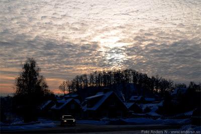Olofström, himmel över Olofström, himmelsberget, bredgatan, vinter, snö, på taken, berg, träd, skog, moln, solnedgång, foto anders n