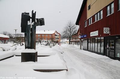 Olofström, Blekinge, snö, vinter, snow, winter, nya torget, apoteket, tidsbilder, fontän, skultpru, johnny martinsson, foto anders n