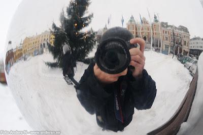 kristianstad, skåne, kulan, kula, vidvinkel, stora torg, stortorget, torget, rådhuset, vinter, snö, kallt, fotograf, påpälsad, vintermössa, jacka, långkalsonger, foto anders n