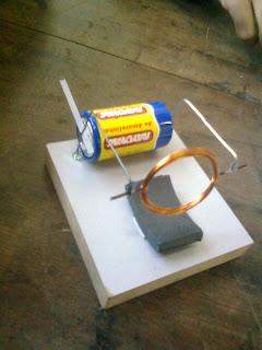 Que tipos de cargas existem em um campo eletrico