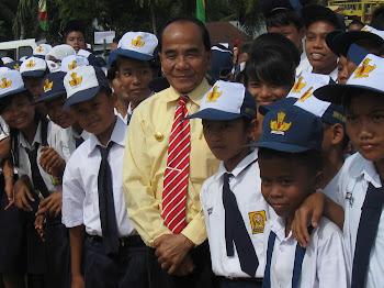 Bupati Kabupaten Rokan Hilir dan Murid sekolah
