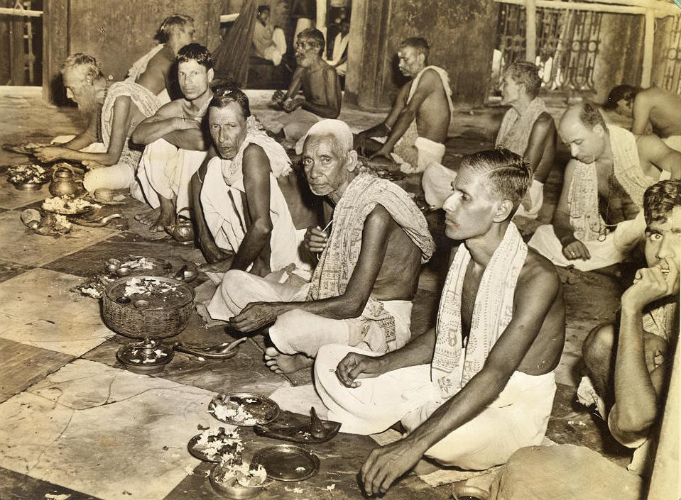 Brahmins worhips in the Kalighat temple