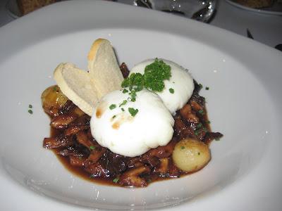 Bolets de temporada saltejats amb reducció d'Oporto i ou de corral poché