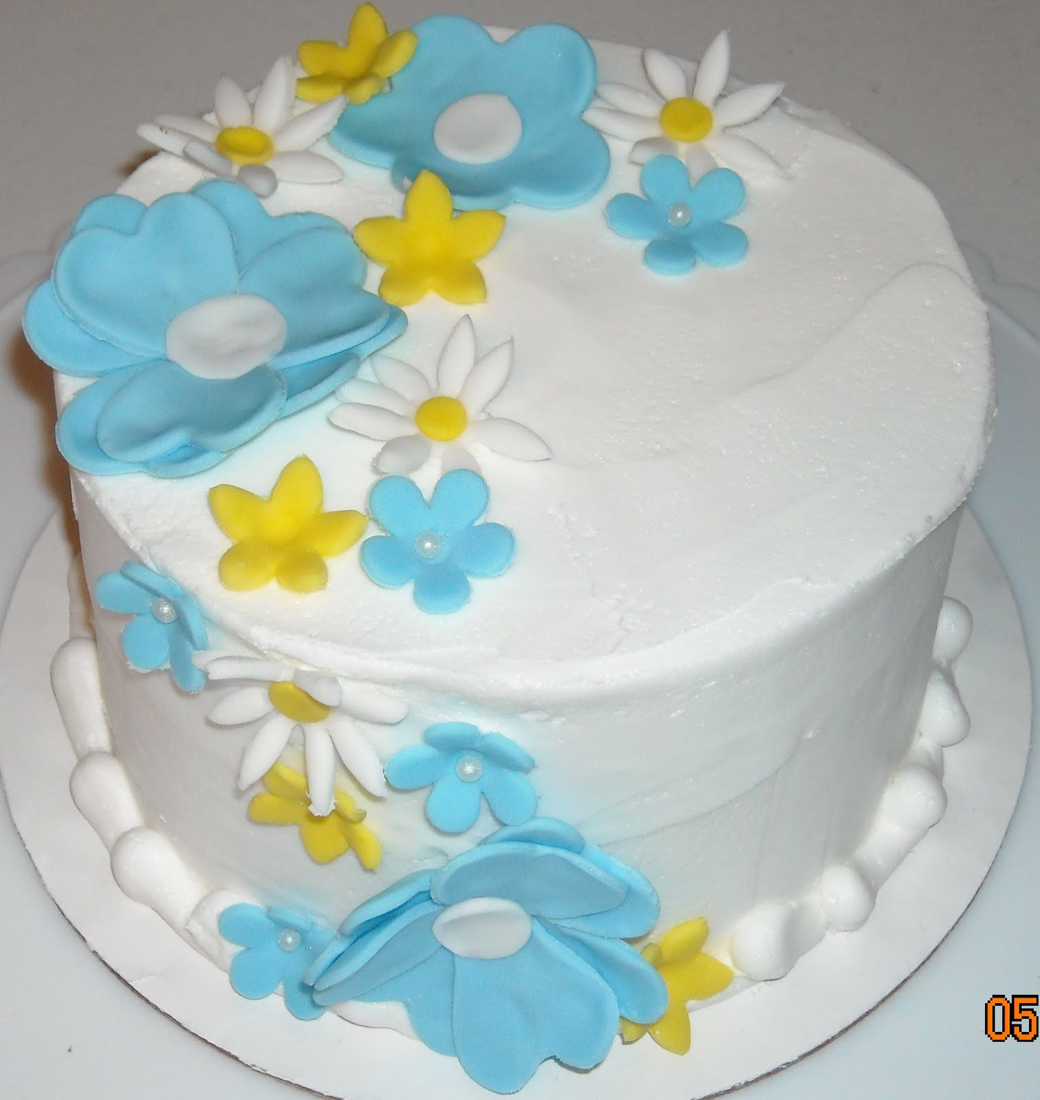 Blanca s Cakery: Cake with fondant flowers