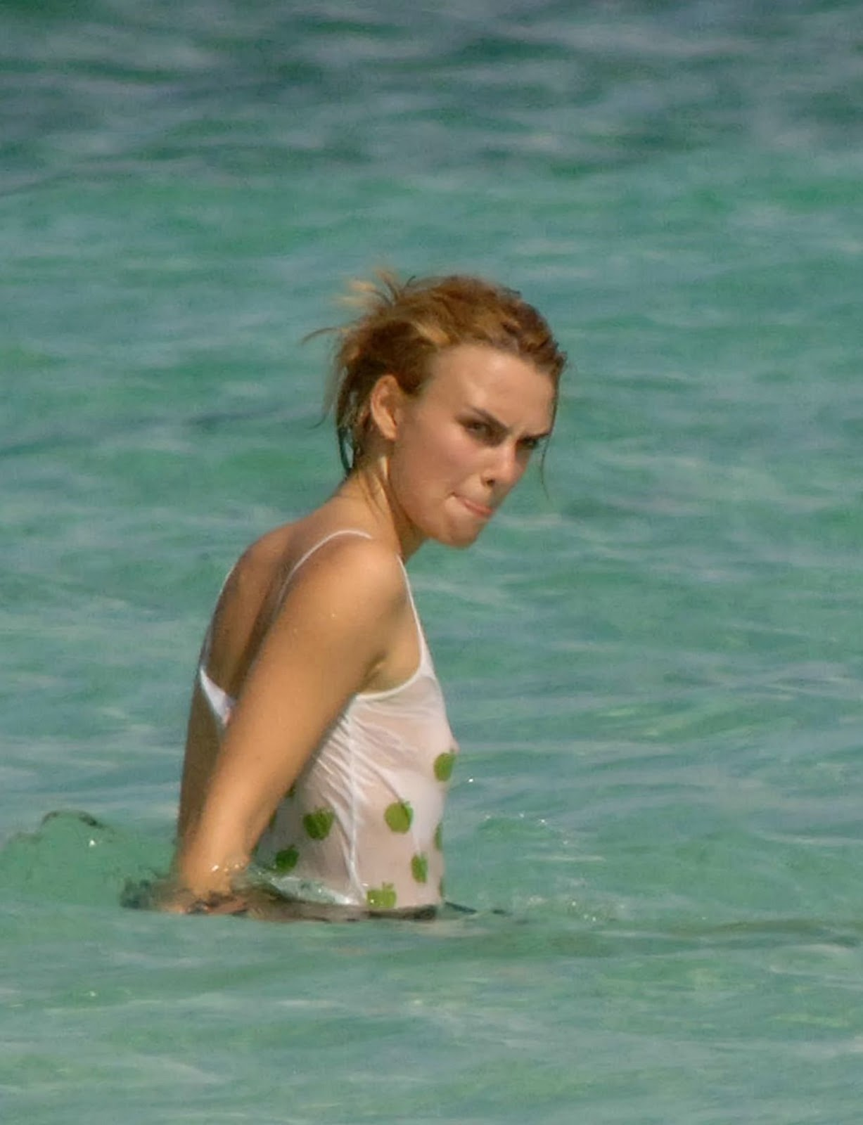 http://3.bp.blogspot.com/_pGTlBw_z2AM/TJ04abn2kwI/AAAAAAAAAVY/jgoGeNRFEGs/s1600/keira-knightley-beach-11+seethrough.jpg