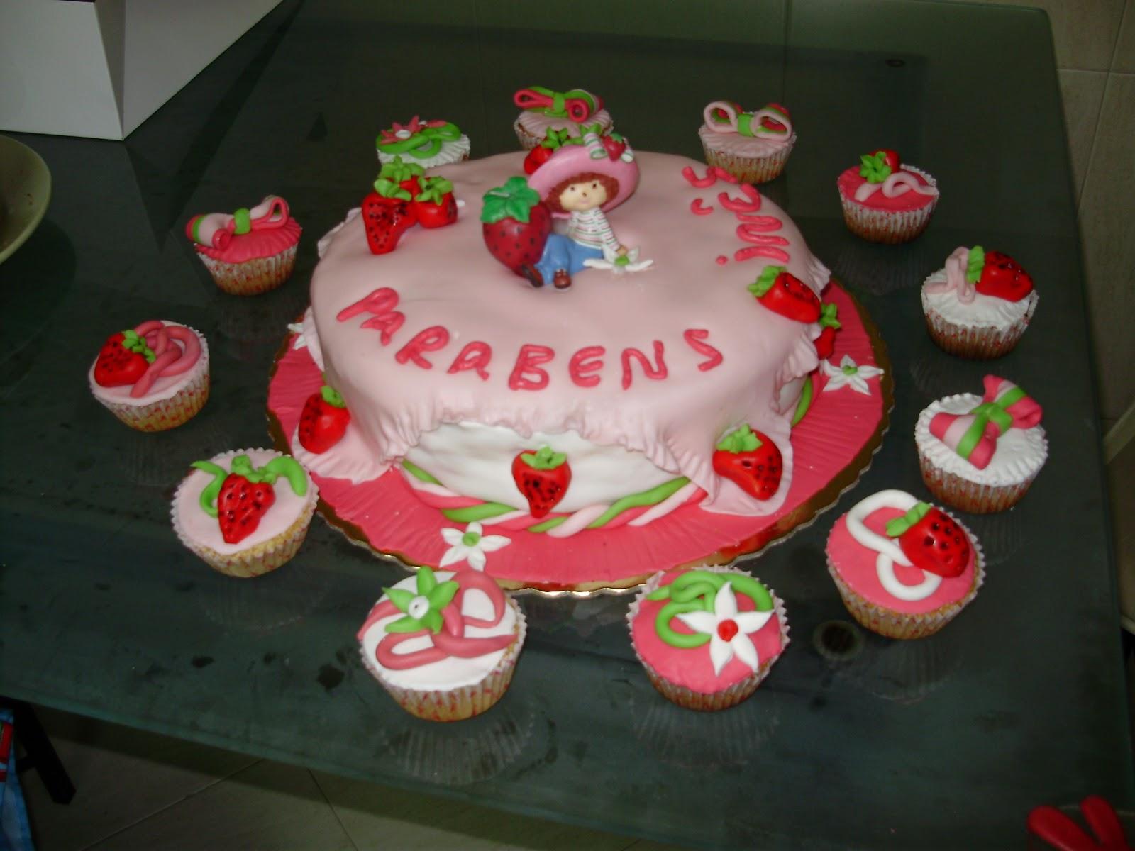 Bolo De Aniversario Rodeado De Cupcakes Confecionado So   Produtos