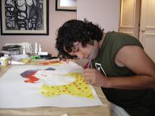 Diego Ugaz trabajando una cartulina