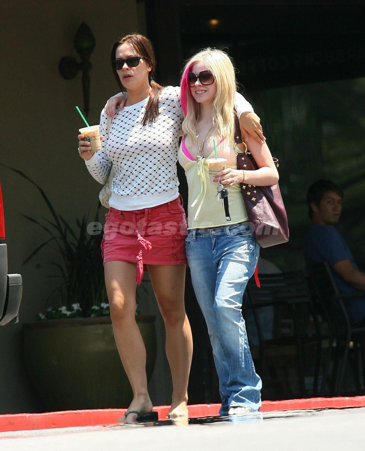 http://3.bp.blogspot.com/_pN1NKUA2EaM/TRx1Zvbb4cI/AAAAAAAAAUo/nx0OGKGBX1o/s1600/orig_avril_lavigne_bikini_1_pink_06.jpg