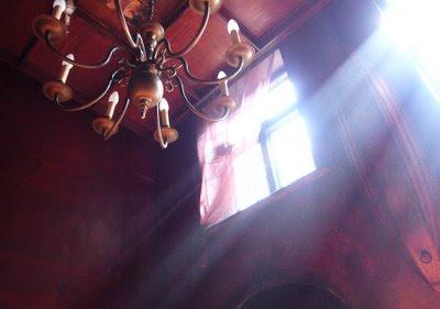 gra świateł w Klubie Pisarza