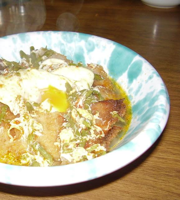 zuppa di asparagi di campo e uova