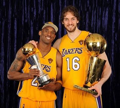 Bryant y Gasol posan con los trofeos de MVP y campeón de la NBA 2010