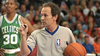 Billy Crystal en el papel de un árbitro de baloncesto