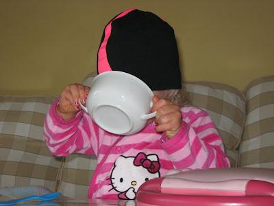 kotek pije mleczko