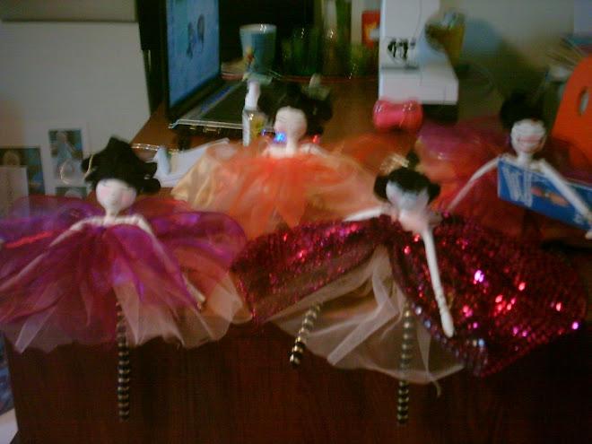 4 autre poupées dans le fil de l'action