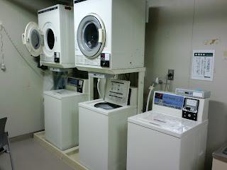 写真: 洗濯室の様子。上が乾燥機で、下が洗濯機。2セットある。