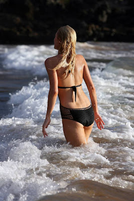 Super Hot CELEBRITY Paris Hilton Pics In Black bikini beach candids