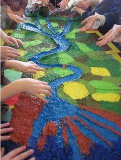 plastico di un fiume, realizzato da una classe di bambini di scuola primaria insieme alla loro maestra Francesca.
