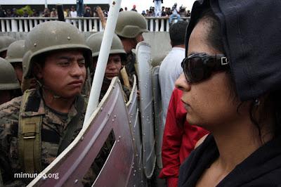 Los manifestantes se acercan a la barrera formada por soldados en el aeropuerto de Tegucigalpa (Foto: James Rodríguez)