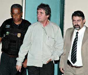 Bejani (centro) e seus amiguinhos da Polícia Federal