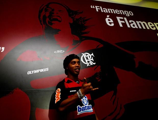 Ronaldinho na frente de um poster no flamengo