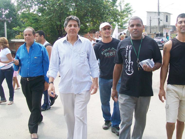 Dr. Antônio Carlos Pires em caminhada nas comunidades do Beco do Brizola, Saquaçu e Urucânia