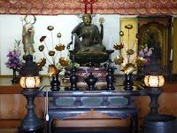 中央に如意輪観音坐像、右側に善光寺阿弥陀仏三尊像、左に地蔵菩薩立像を安置している