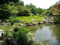 余香苑は四季折々の草花や樹木が楽しめる
