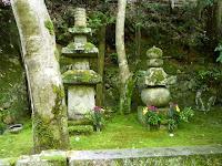 右が平清盛の供養塔、左が祇王、祇女、刀自の墓。