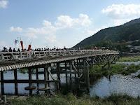渡月橋も人並みで溢れている!