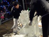 一流シェフによる氷の彫刻(設計図も見ず良く彫る・トナカイ)