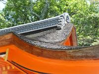 本殿と拝殿の屋根は木賊葺(とくさぶき)雨に強い、さわらの木を何枚も重ねて使用するという!