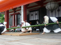 大蛇になぞらえた青竹を切り落とし災いを払う行事