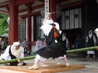 僧兵姿の鞍馬法師が、上段に構え、青竹を山刀で勢いよく!!