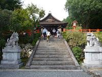 境内から見る拝殿、狛犬に織田家の家紋「五瓜に唐花紋」