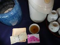 お茶と菓子、炭が暖をとる