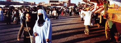 Zwei Welten. Djemaa el-Fna, Marrakesch, Marokko