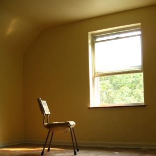samotne siedzenie w pokoju