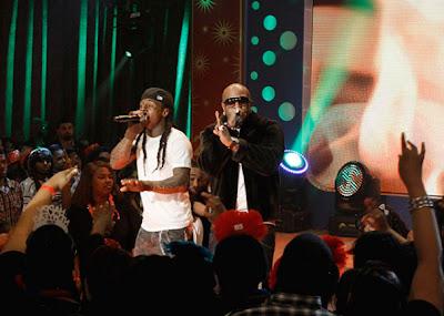 Imagen de Lil Wayne y Birdman cantando fire flame remix en la actuacion de 106 & Park